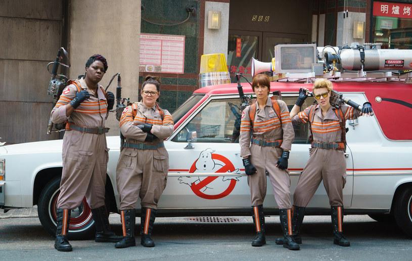 """Leslie Jones, Melissa McCarthy, Kristen Wiig i Kate McKinnon wcielają się w tytułowe role w filmie """"Ghostbuster. Pogromcy duchów"""" /materiały prasowe"""