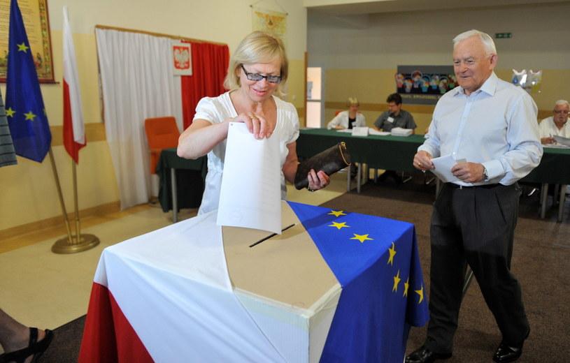 Leszek Miller z żoną Aleksandrą głosują /Bartłomiej Zborowski /PAP