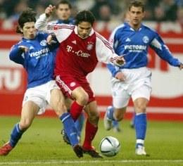 Levan Kobiashvili powstrzymuje Jose Paolo Guerrero. Schalke-Bayern 1:0 /AFP