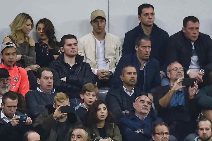 Lewandowski (trzeci od lewej w górnym rzędzie) na trybunach podczas meczu Ligi Mistrzów Bayern - Real (1-2) /AFP