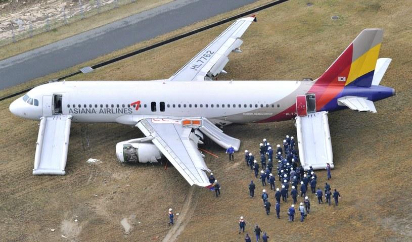 Lewe skrzydło i lewy silnik samolotu zostały lekko uszkodzone /PAP/EPA