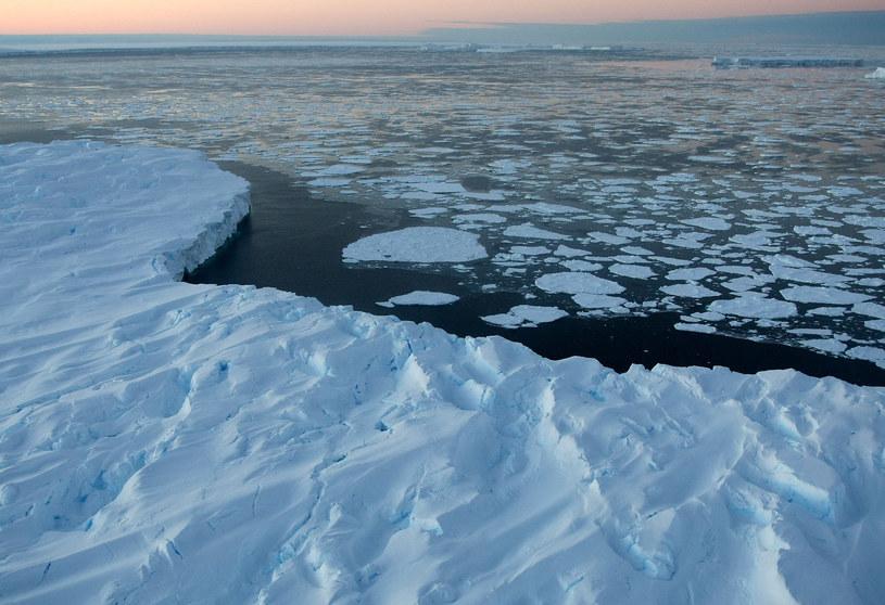 Lewis Clarke przemierzył tę trasę jedynie w towarzystwie antarktycznego przewodnika. /AFP