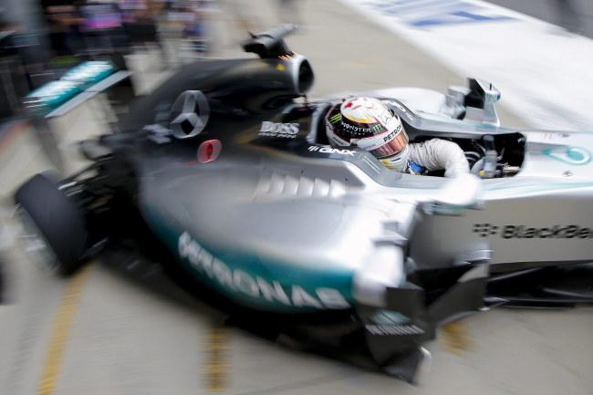 Lewis Hamilton w bolidzie /PAP/EPA/VALDRIN XHEMAJ /PAP/EPA