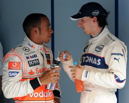 Lewis Hamilton (z lewej) słynie z oryginalnych żartów /AFP