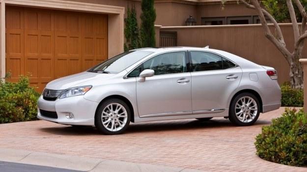 Lexus HS 250h to model klasy średniej z napędem hybrydowym, zbudowany na płycie Avensisa i oferowany w USA. Z powodu niskiej sprzedaży niedawno wycofano go z oferty. /Lexus