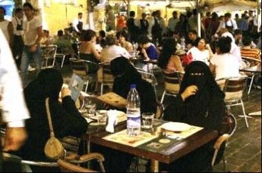 Libanki w restauracji w centrum Bejrutu /AFP