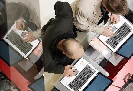 Liczba zagubionych laptopów jest zastraszająca /AFP
