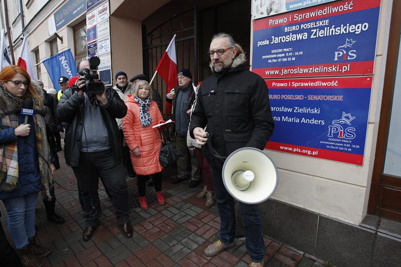 Lider KOD Mateusz Kijowski podczas protestu przed biurem senator PiS Anny Marii Anders oraz posła PiS Jarosława Zielińskiego w Suwałkach /Artur Reszko /PAP