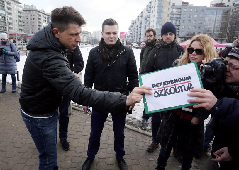 Lider Nowoczesnej Ryszard Petru (L) podczas akcji zbierania podpisów pod wnioskiem o referendum w sprawie reformy systemu oświaty /Tomasz Gzell /PAP