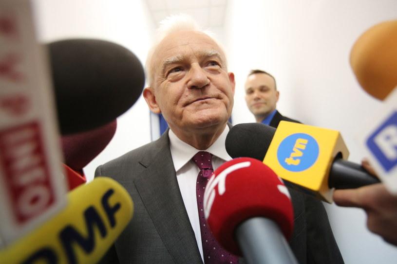 Lider SLD Leszek Miller rozmawia z dziennikarzami /Leszek Szymański /PAP