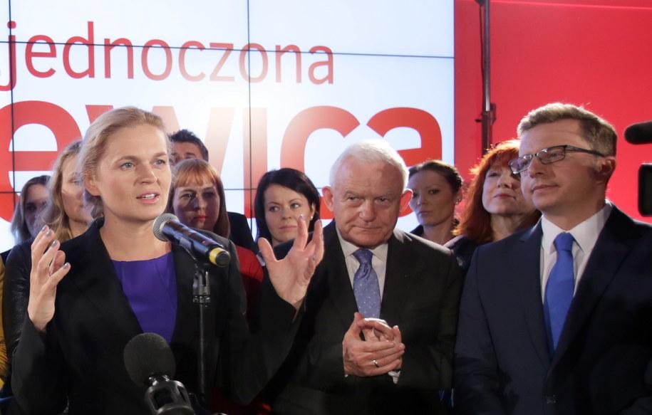Liderka Zjednoczonej Lewicy Barbara Nowacka, szef SLD Leszek Miller i rzecznik prasowy SLD Dariusz Joński podczas wieczoru wyborczego /Leszek Szymański /PAP