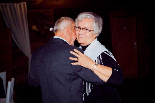 Lidia Maksymowicz tańczy ze Stefanem Lipniakiem, także więźniem niemieckich obozów /archiwum prywatne