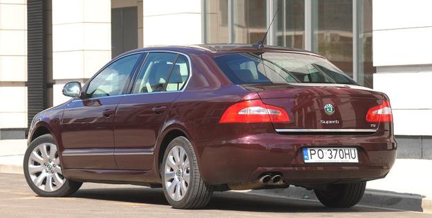 """Liftback, który wygląda jak sedan – to wyjątkowa konstrukcja z dwiema oddzielnymi klapami bagażnika. Doskonale sprawdzi się jako służbowa limuzyna, a """"po godzinach"""" może pełnić funkcję samochodu rodzinnego. /Motor"""
