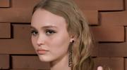 Lily-Rose Depp na ściance bez bielizny
