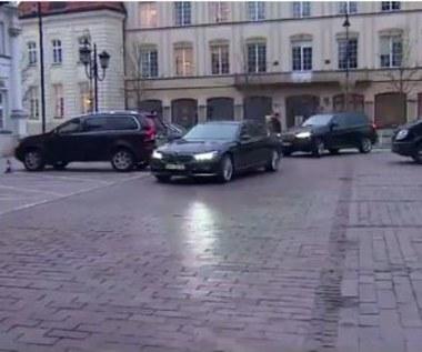 Limuzyna byłego szefa MON parkuje na miejscu dla niepełnosprawnych