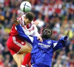 Linke i Asamoah walczą o piłkę. Bayern-Schalke 0:1 /AFP