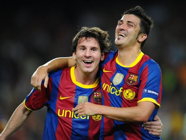 Lionel Messi i David Villa cieszą się po golu na 2-1. /AFP