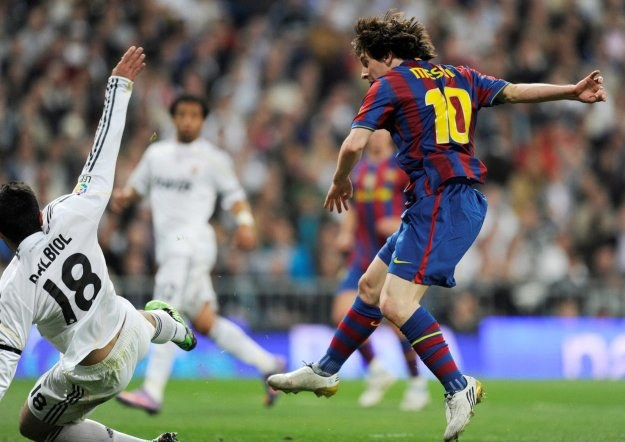 Lionel Messi strzela gola dla Barcelony w meczu z Realem (2-0) /AFP