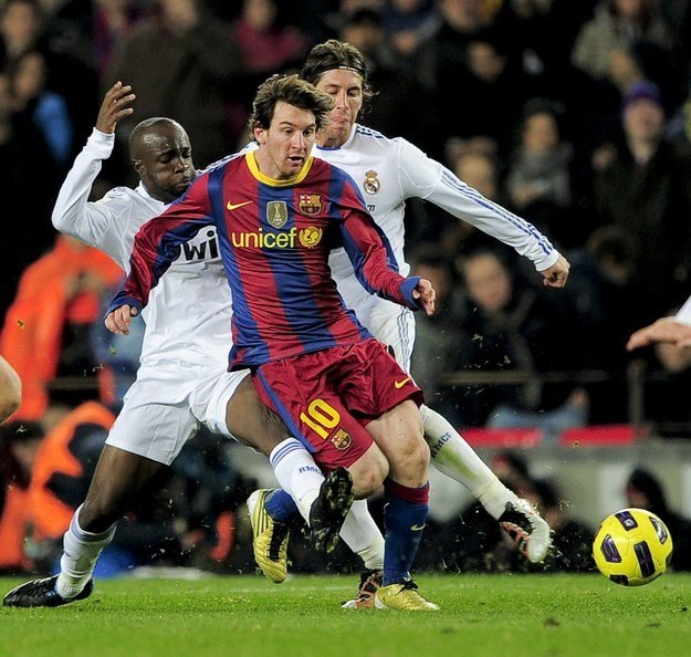 Lionel Messi ucieka przed Lassaną Diarrą i Sergio Ramosem /AFP