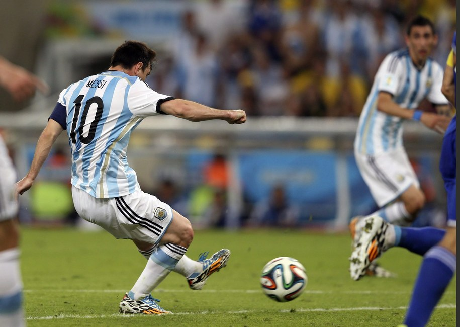 Lionel Messi w akcji podczas spotkania z Bośnią i Hercegowiną /MARCELO SAYAO /PAP/EPA