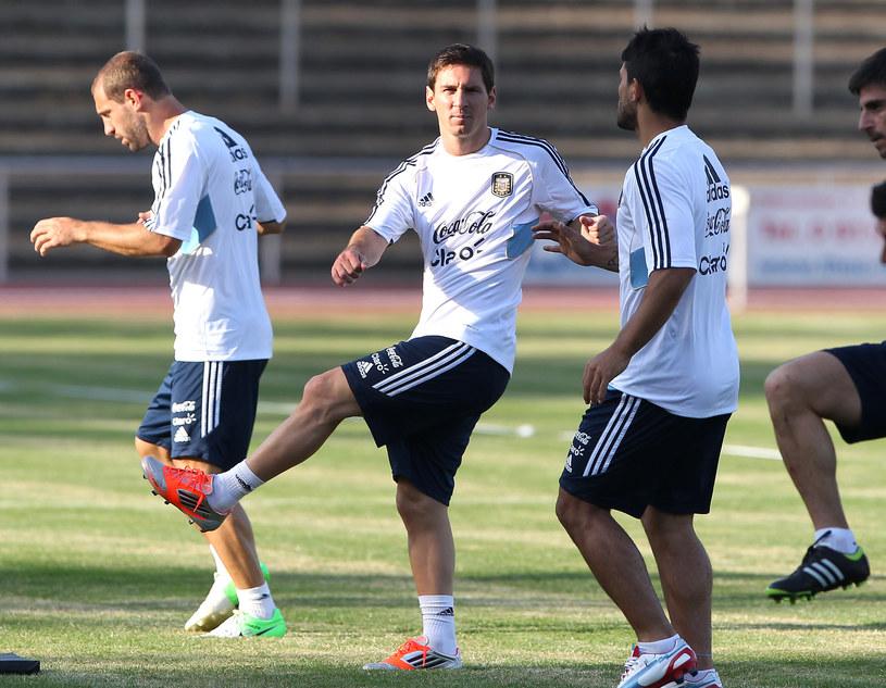 Lionel Messi (w środku) podczas treningu przed meczem z Niemcami /AFP