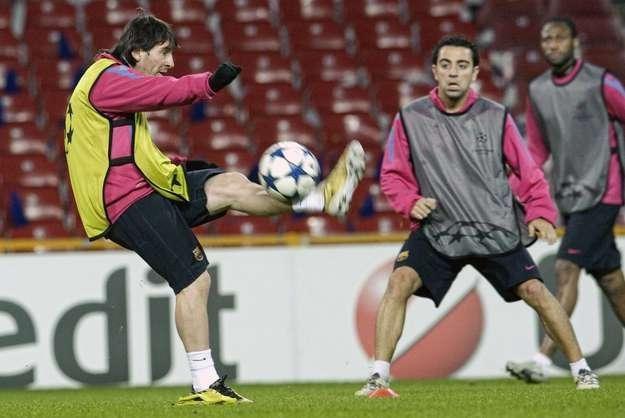 Lionel Messi (z piłką) i Xavi Hernandez (FC Barcelona) swój mecz z Levante mają zaplanowany na 2.1 /AFP