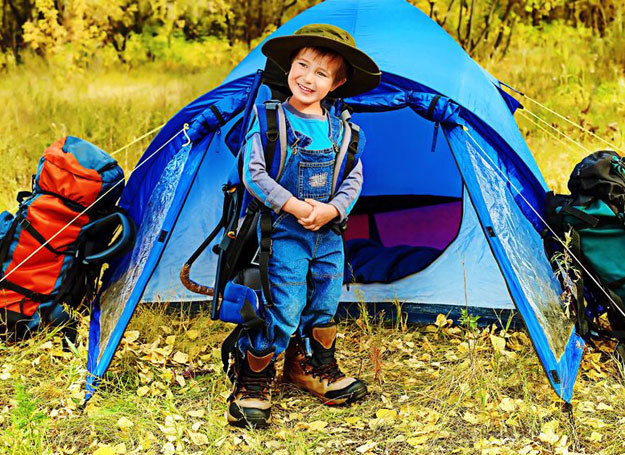 Lista rzeczy, które należy zabrać z sobą na obóz jest niezbędna przy pakowaniu /©123RF/PICSEL