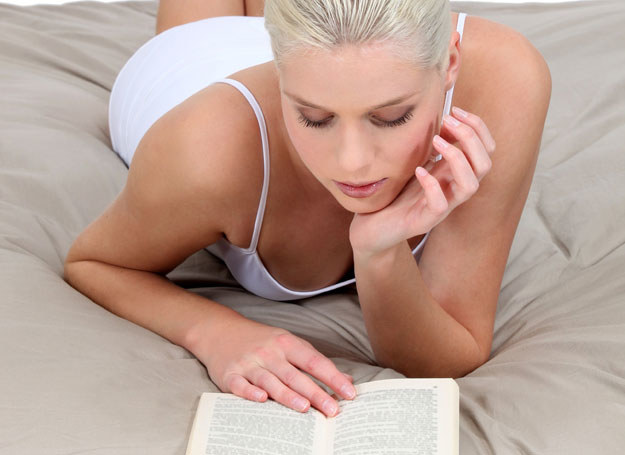 Literatura erotyczna może ci pomóc... /123RF/PICSEL