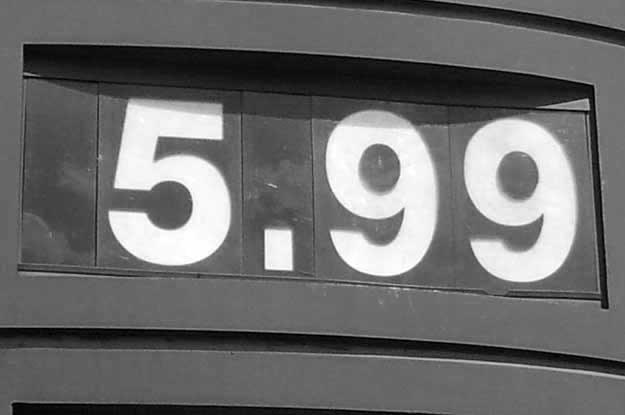 Litr najpopularniejszej benzyny kosztuje już prawie 6 zł. I pomyśleć, że jeszcze niedawno płaciliśmy za nią tylko 3,5 zł... /poboczem.pl