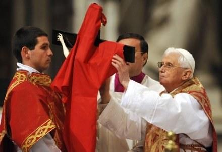 Liturgia Wielkiego Piątku w Watykanie /AFP