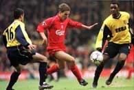 Liverpool - Arsenal. Owen atakowany przez Silvinho (z lewej) i Vieirę