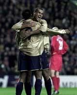 Liverpool - Barcelona 1:3. Rivaldo gratuluje Patrickowi Kluivertowi pokonania Jerzego Dudka.