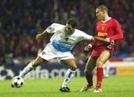 Liverpool - FC Basel 1:1.  Antonio Esposito (z lewej) atakowany przez Bruno Cheyrou