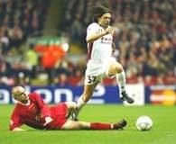 Liverpool - Roma 2:0. Danny Murphy (z lewej) atakuje uciekającego Vincenta Candelę