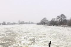 Lodołamacze kruszą lód na Warcie