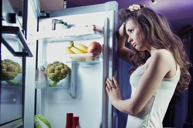 Lodówka to największy pożeracz prądu w domu. Nie zwiększajmy jej apetytu. Wstawiajmy do niej tylko dobrze wystudzone potrawy. Dbajmy o uszczelki i nie otwierajmy zbyt często drzwiczek, aby nie nagrzewać wnętrza /©123RF/PICSEL