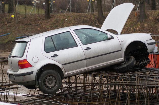 Łódź. Pijany kierowca (2.2 promila we krwi)  wpadł autem na teren budowy. Fot. Mikołaj Zacharow /Reporter