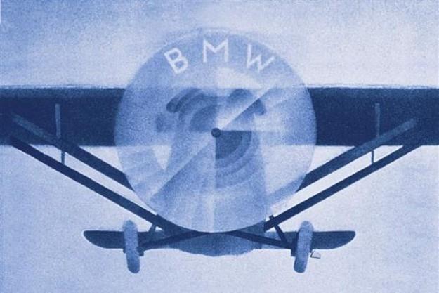Logo BMW symbolizuje kręcące się śmigło... /