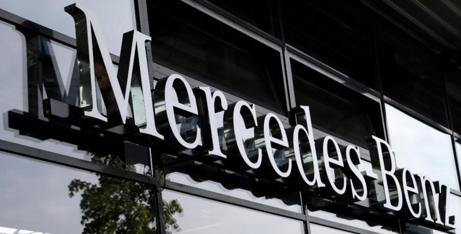 Logo fabryki Mercedes-Benz w Berlinie należącej do koncernu Daimler AG /Felipe Trueba /PAP/EPA