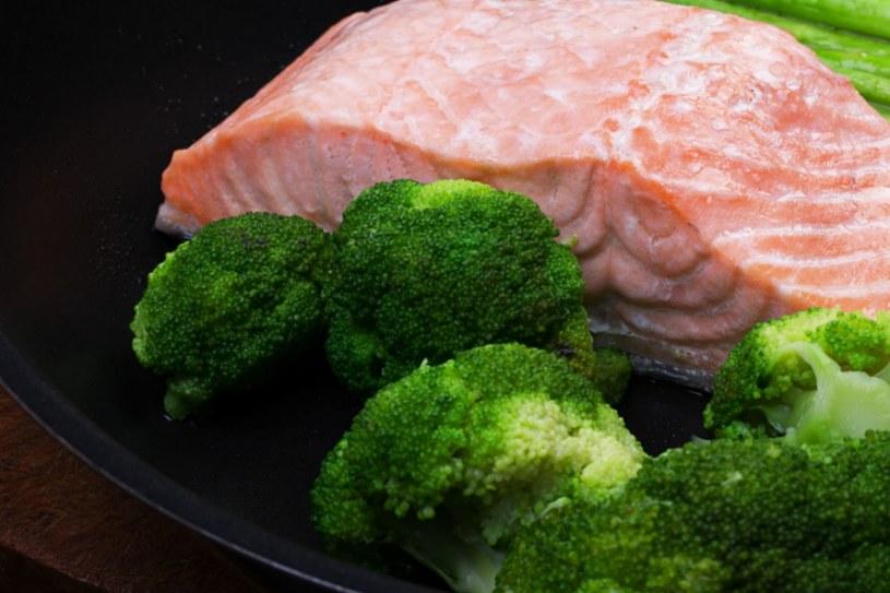 Łosoś z warzywami /123RF/PICSEL