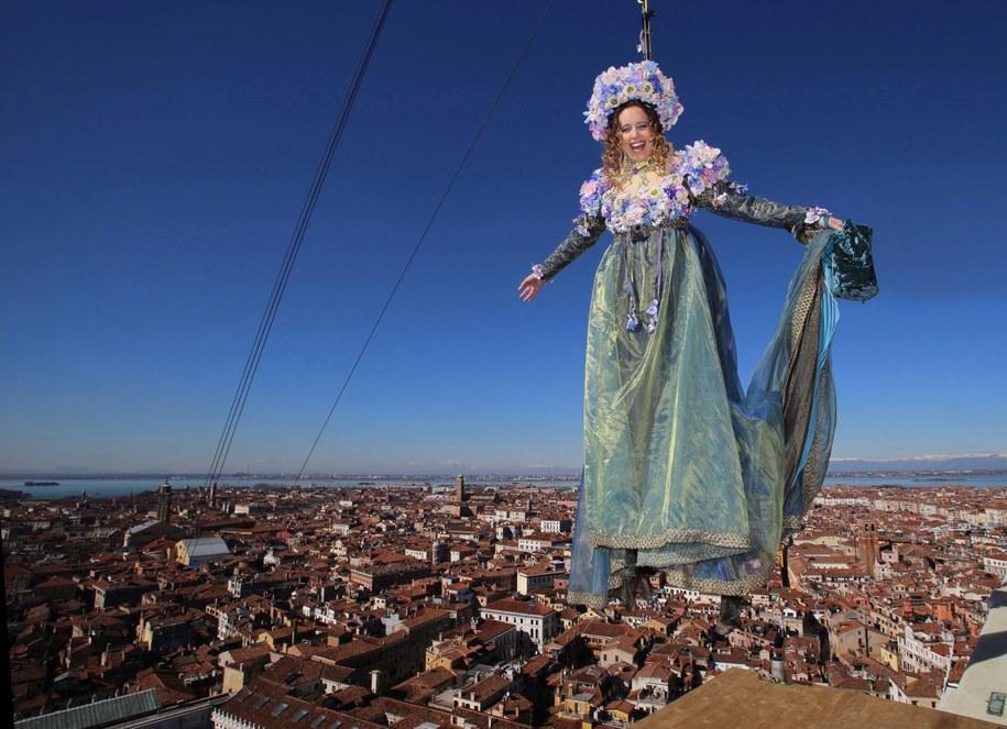"""""""Lot Anioła"""" z dzwonnicy na placu Świętego Marka to symboliczne rozpoczęcie karnawału w Wenecji /PRESS CARNEVALE VENEZIA HANDOUT /PAP/EPA"""