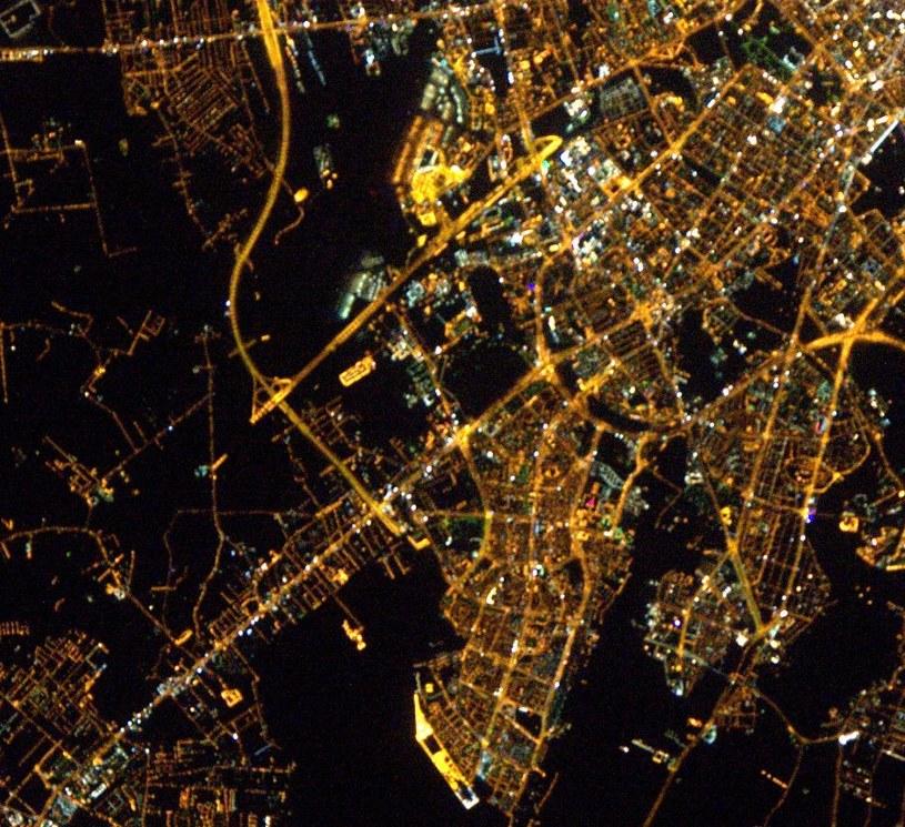 Lotnisko Okęcie (ciemny obszar w górnej środkowej części tego wycinka zdjęcia) i południowe dzielnice Warszawy. Fot. Thomas Pesquet, ESA /materiały prasowe
