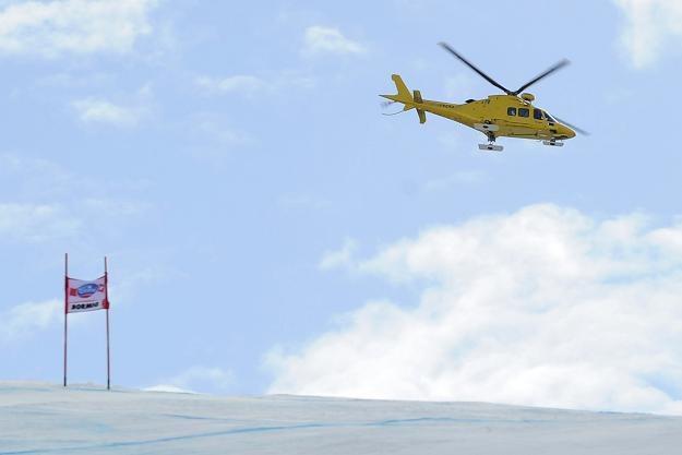 Louis-Pierre Helie transportowany śmigłowcem do szpitala po upadku na trasie zjazdu w Bormio /AFP