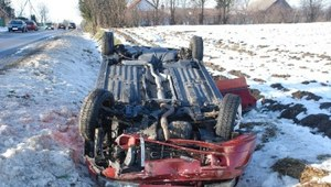Lubelskie: Fiat zjechał z drogi i dachował