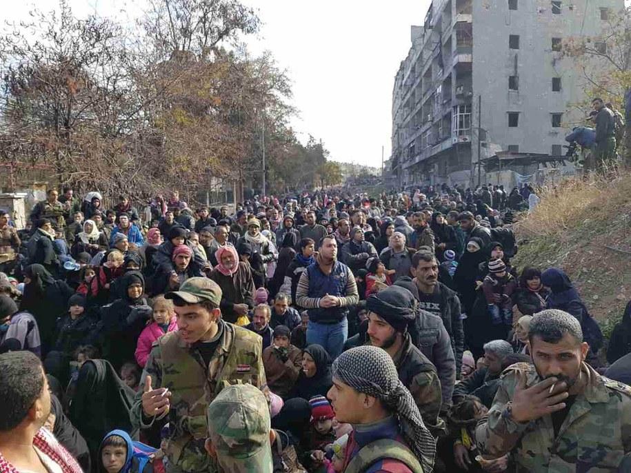 Ludność opuszczająca wschodnią część Aleppo /STRINGER /PAP/EPA