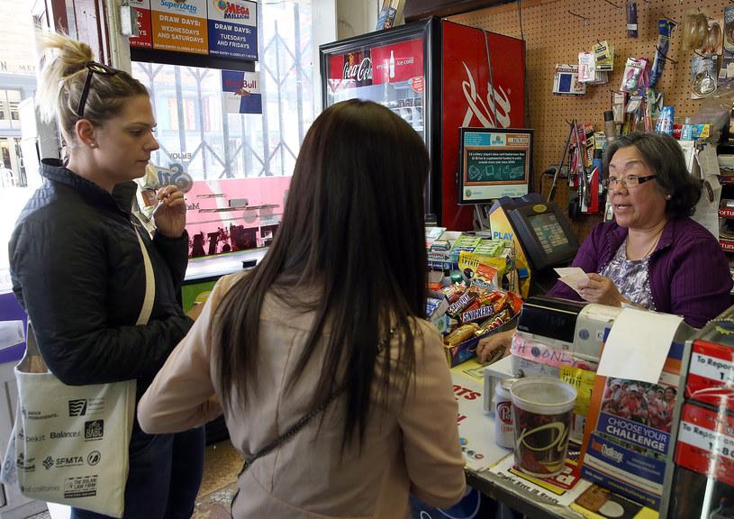 Ludzie kupujący losy w San Francisco /Justin Sullivan /AFP/Getty