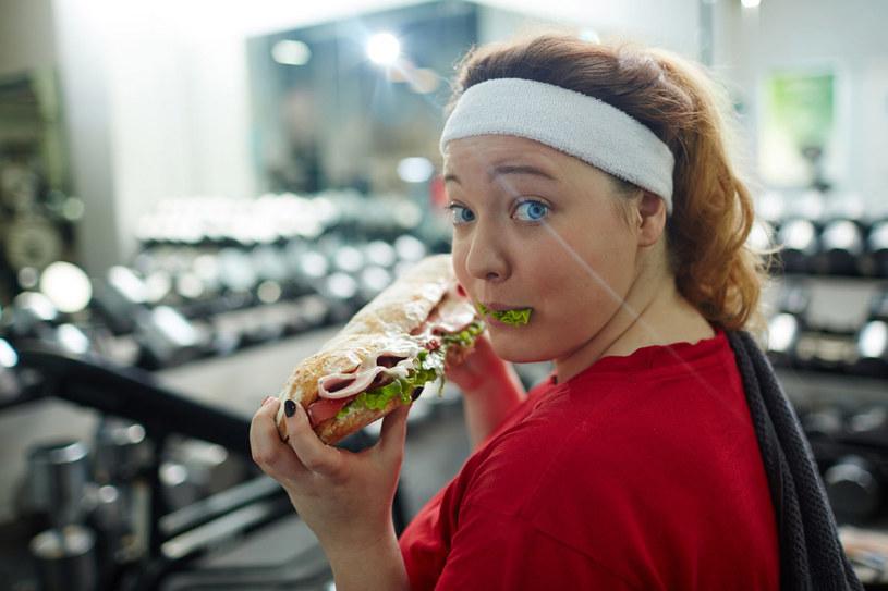Ludzie nie rozumieją, że za otyłością nie stoi łakomstwo, lecz nawyk szukania w jedzeniu ucieczki przed problemami /123RF/PICSEL