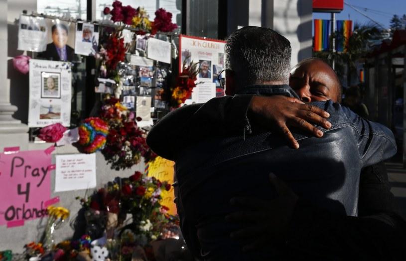 Ludzie składali kwiaty i palili znicze, by uczcić ofiary tragedii w Orlando /PAP/EPA