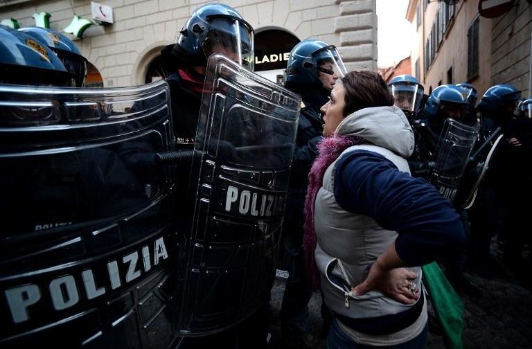 Ludzie we Włoszech wychodzą na ulice (zdj. ilustracyjne) /AFP