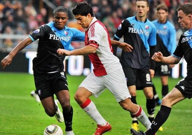 Luis Suarez w dryblingu pomiędzy obrońcami FC Utrecht /AFP
